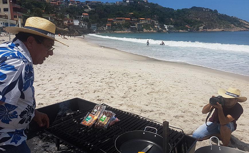 Asado Benítez preparándose para cocinar en una de las tantas playas de Río de Janeiro. Año 2.017.