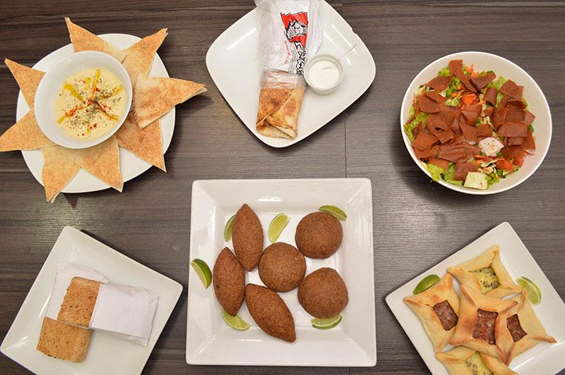 Un variedad de propuestas de El Paisano. Arriba a la izquierda, el puré de garabanzos, a su derecha, el shawarma y a la derecha de la foto Fatush. Abajo a la izquierda el Falafel, en el medio los Kibe de carne y el Kibe Labne y abajo las esfihas de carne y de queso.