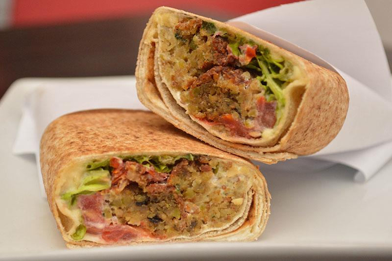 El falafel o sanwhich que a más del pan árabe lleva garbanzo frito y tomate.