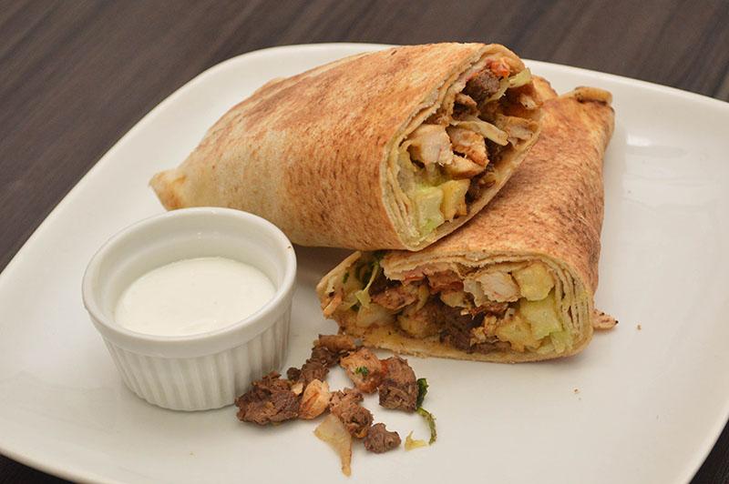 El Shawarma mixto, que lleva carne vacuna y de pollo. El plato preferido por la clientela de El Paisano.