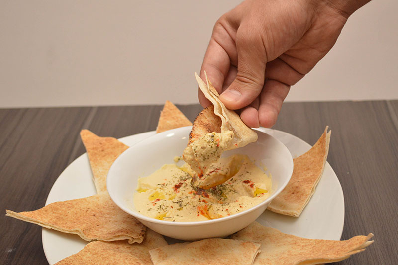 El Hummus o paté de garbanzos que lleva una pasta de sésamo especial. Es una verdadera fiesta saborearlo con pan árabe.