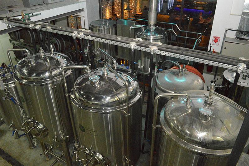 Parte de la fabrica de cerveza. En primer plano los tanques donde se fermenta el producto. Se trata de una moderno planta que en principio puede producir 3.000 litros mensuales. En principio destinado solo para la venta en el bar. Más adelante piensan vender en otros puntos, en barriles y en botellas.
