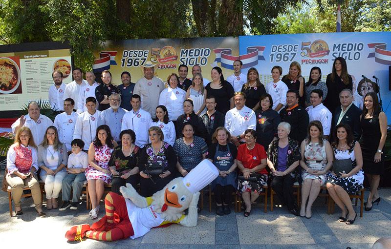Foto de los cocineros y colaboradores que participaron en el Recetario de Pechugon. Fue durante un acto realizado en el Hotel del Paraguay con motivo de la presentación del libro.