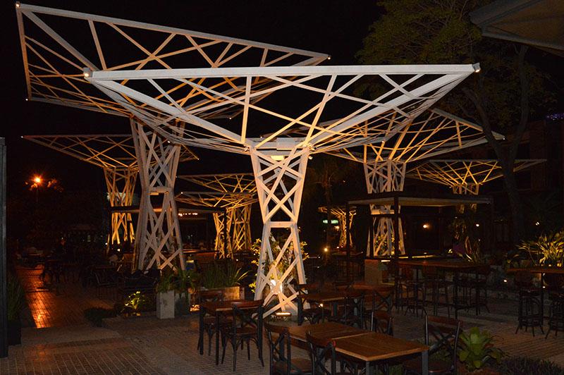 Este es el meollo de Plaza Moieti. Estructuras de metal que simulan arboles. Un espacio común al público y un paseo para el público. Alrededor están ubicados los locales.