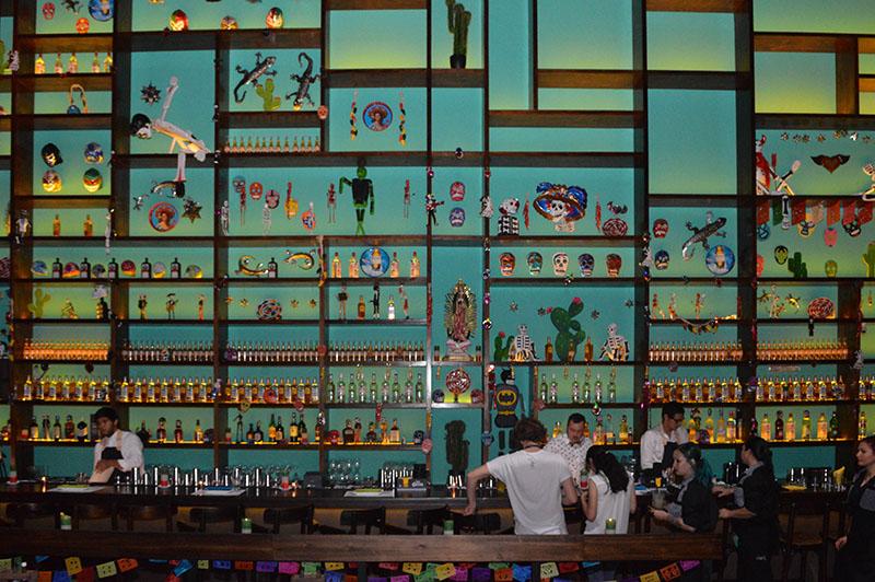 Otra visión del local de Lupita. La barra y el gran instante donde como en el resto del local se combinan las imagenes de la religiosidad popular mexicana.