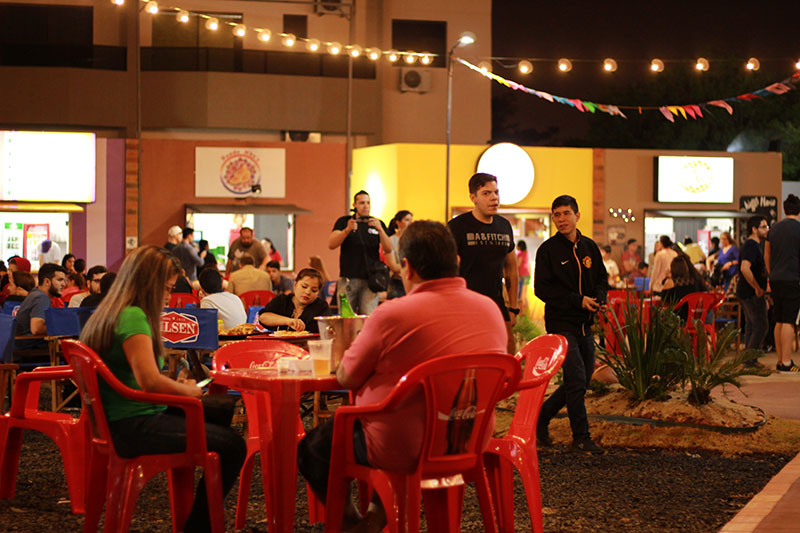 Veintidos locales con veinte propuestas diferente, con una capacidad para 600 personas sentadas. El patio de comidas está dispuesto en el centro del predio.