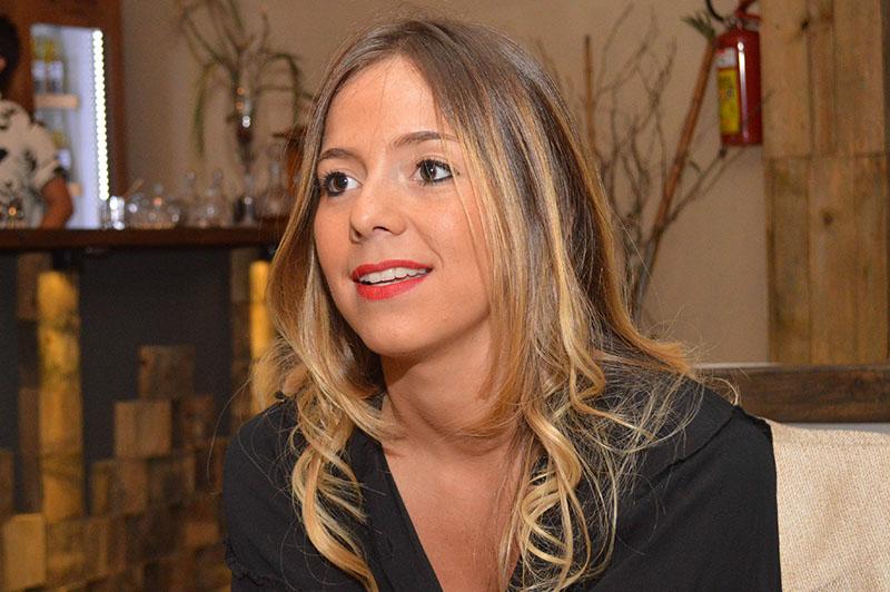 Lauri Pereira, trabajó toda su vida en el Poder Judicial, apenas tiene 26 años. Es abogada pero también cocinera recibidea en el IGA y montó un bar playero.