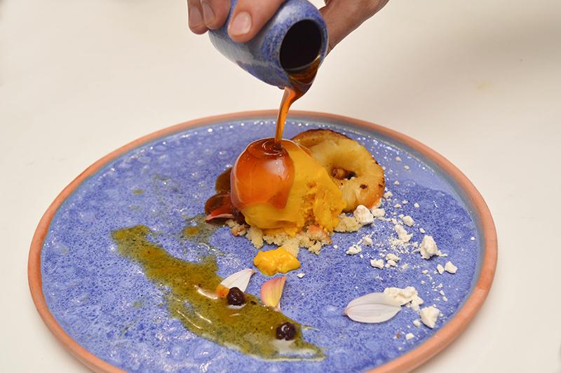 Una reducción de miel de caña bañando un helado de mango, con acompañamiento de otras frutas de estación. Otro uso productivo de algo que iba a la basura y hoy puede estar en las mesas.