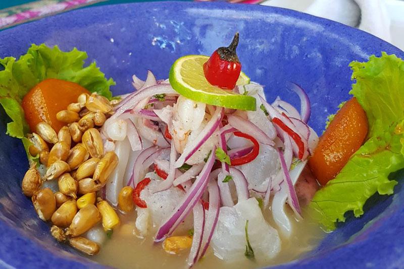 El tradicional ceviche que lleva batata dulce caramelizada, maíz peruano tostado, pescado, cilantro, cebolla morada, jugo de limón en una muestra elocuente de cómo se fusionan productos nacionales con los de otros lugares para lograr una explosión de sabores.