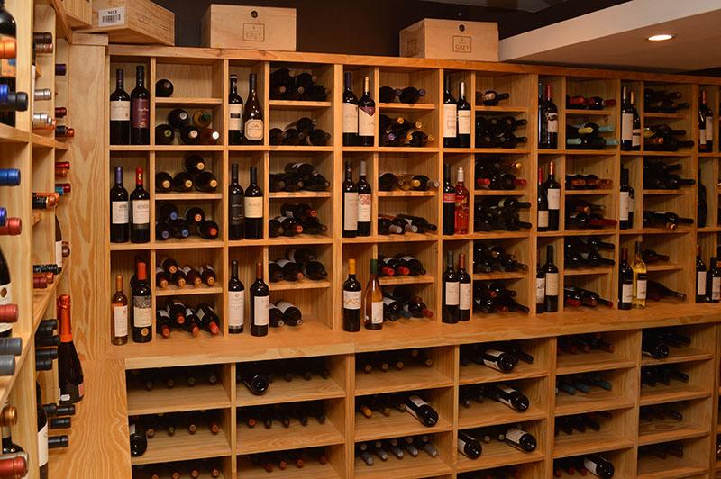 Así están dispuestos los vinos. Seleccionados desde Reserva para arriba. Hay para todos los gustos y precios.