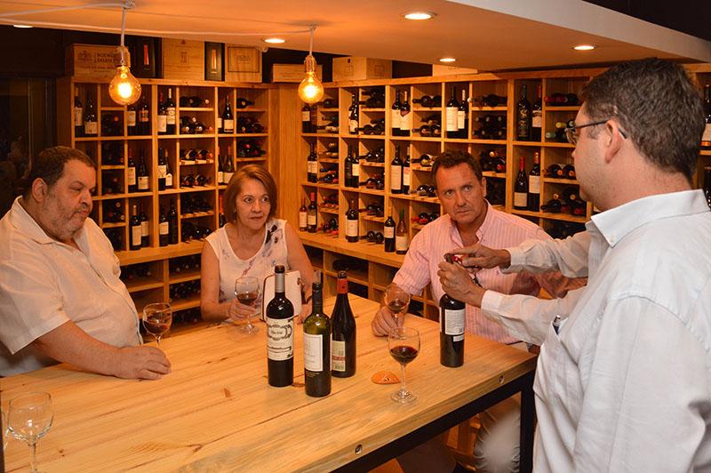 La vinoteca de La Parisienne con un sector donde se puede degustar, tanto en copas como de botellas. Jean Philippe dando un servicio personalizado.