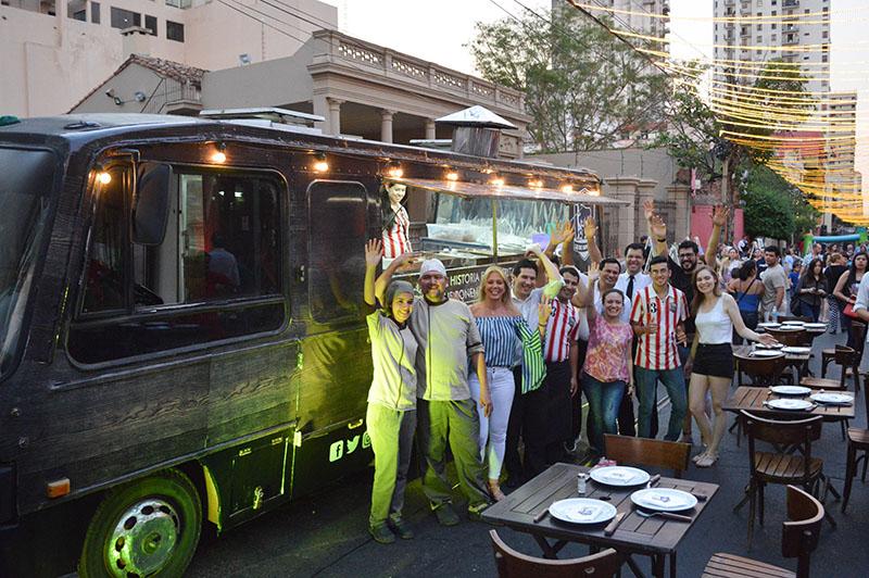 El equipo completo de Lo de Osvaldo que tiene a su cargo el manejo del Food Truck, posando en el día del Paseo de las Luces.