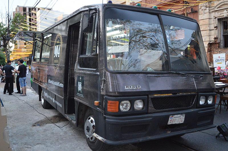 El otro lado del Food Truck. Corresponde al Bar 904, un local que da énfasis a las pizzas y a los tragos.