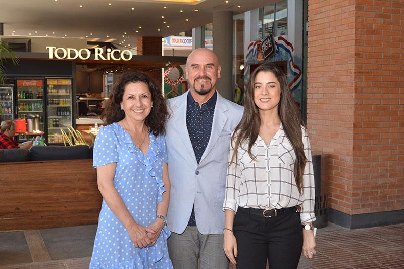Aparecen en la foto, Magda Olivares, gerente general de Multiplaza, el arquitecto Marcelo Vareto y Mariana Frutos, gerente del Mall de Multiplaza.