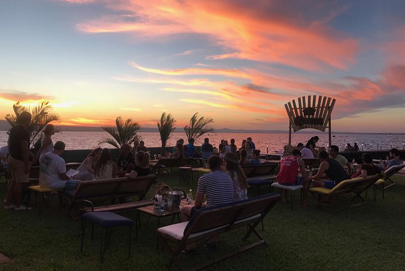 El punto es el atardecer. Picadas, tragos y cerveza. Esa es la propuesta de Cartagena, bar de plaza ubicado dentro del Club Naútico.