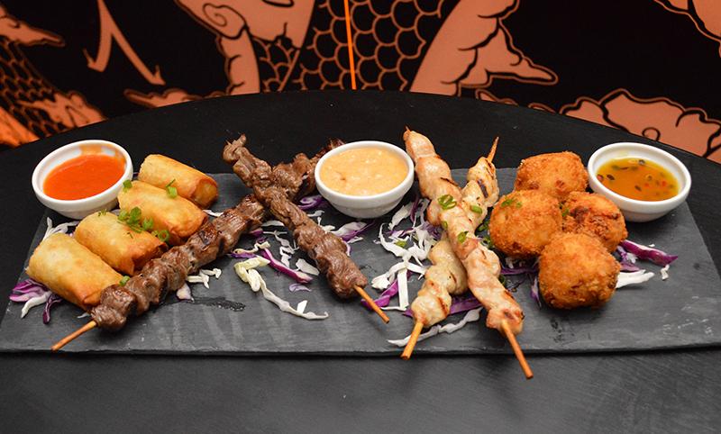 Rollitos y pinchos de carnes con diversos tipos de salsas que recogen recetas de la gastronomía indo asiática. Otro de los platos fuertes de Taj.