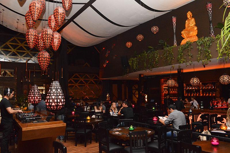 Taj en Plaza Moiety. Su ambientación recoge elementos indo asiáticos. Al igual que su cocina. Un Dj pasa música en vivo, todos los días.