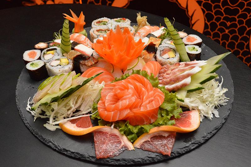 Uno de los platos principales del lugar, un combinado de sushi, makis, nigiris y rolls, en una presentación que es característica del lugar.