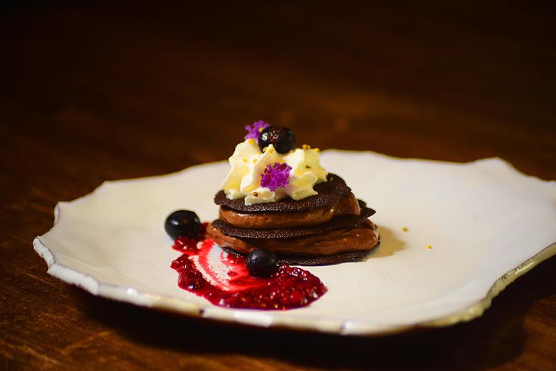 Este es el postre que el restaurante Takuare'e está preparando para el Día de los Enamorados. Teja de Chocolate con relleno de mousse de licor de cacao, chantilly y frutos rojos.