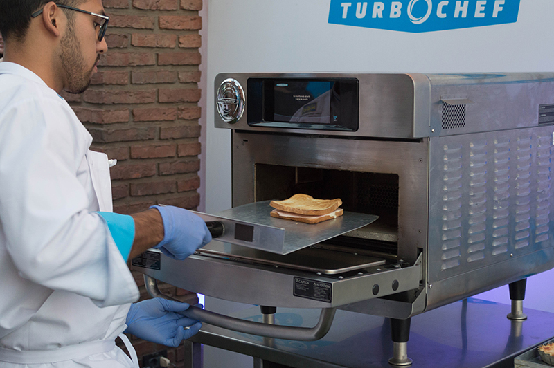 Los asistentes a la presentación de TurboChef tuvieron oportunidad de asistir a la demostración la rapidez en la cocción que tienen los hornos.