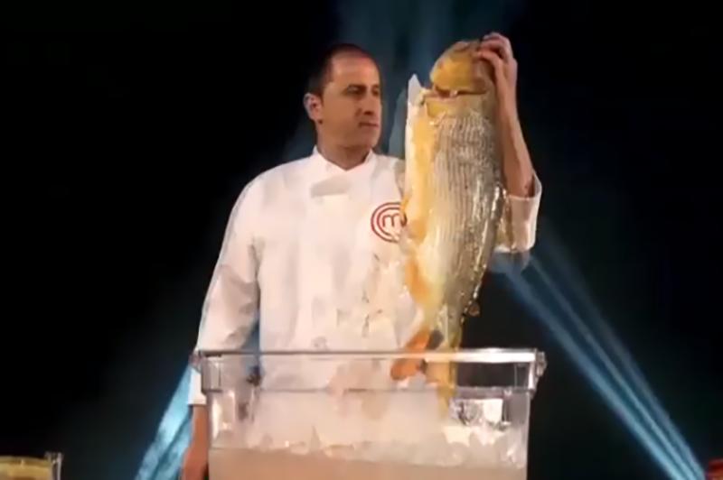 José Torrijos, uno de los miembros del jurado de MasterChef Paraguay exhibiendo un dorado, parte de la promoción del programa que circula en Instagram.