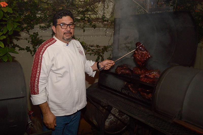 Leyzman Salin, exhibiendo un corte en el ahumador. En el restaurante La Roca es el responsable de la nueva carta de asados que entrará en vigencia desde abril.