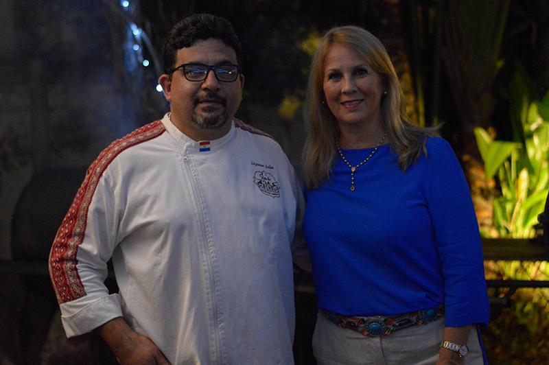 Patricia Vallejos, propietaria de La Roca junto a Leyzman Salin, anoche presentaron la nueva carta de cortes a la parrilla que tendrá el restaurante.