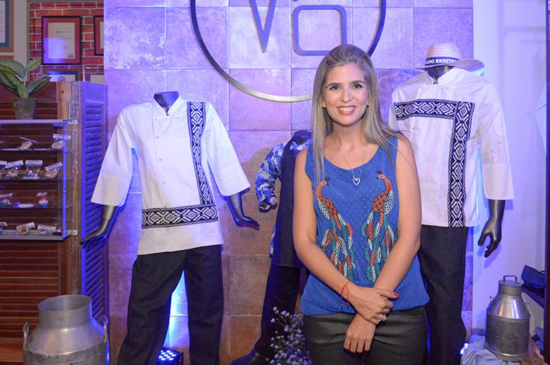Vero Pardo posando junto algunos de los diseños de su nueva colección.