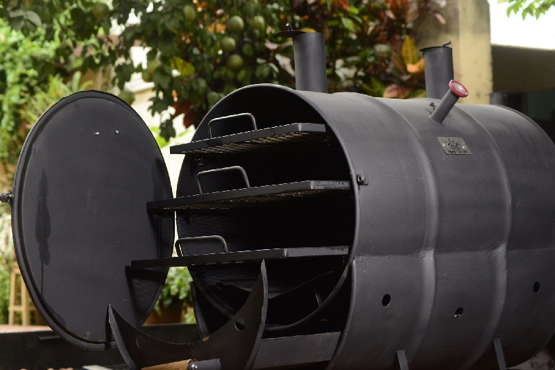 El horno parrillero, con tres bandejas para cocinar todo tipo de productos y que usa carbón y trozos de leña como combustible.