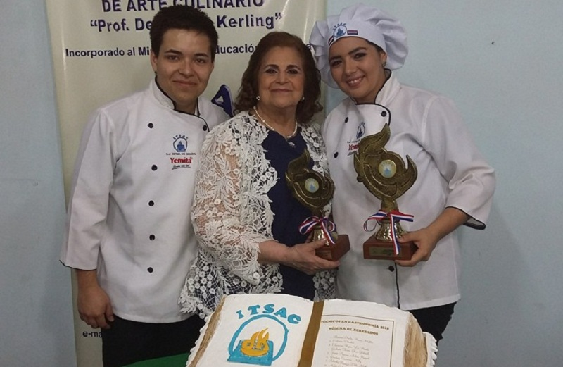 Deyma de Kerling junto a dos de sus alumnos del Instituto Técnico Superior de Arte Culinario.