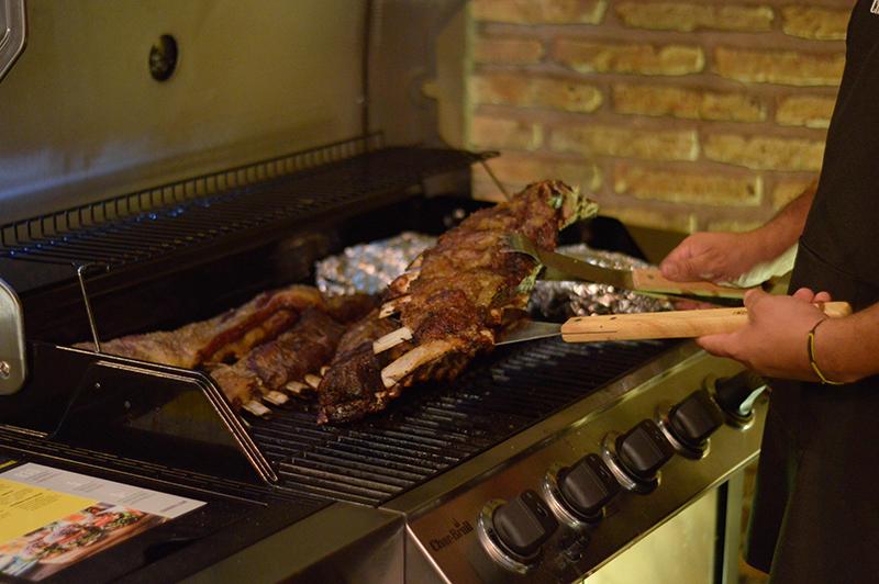 Un primer plano del asado cocinado en las parrillas norteamericanas Char Broil que funcionan a gas. Fusión Restó habilitó este servicio en su terraza.