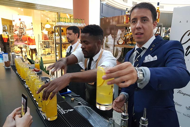 Edu Dinatale sirviendo un trago en el bar que se instaló en el Shopping Del Sol. Estará abierto de 09:00 a 21:00 durante el Asunción Cocktail Week.