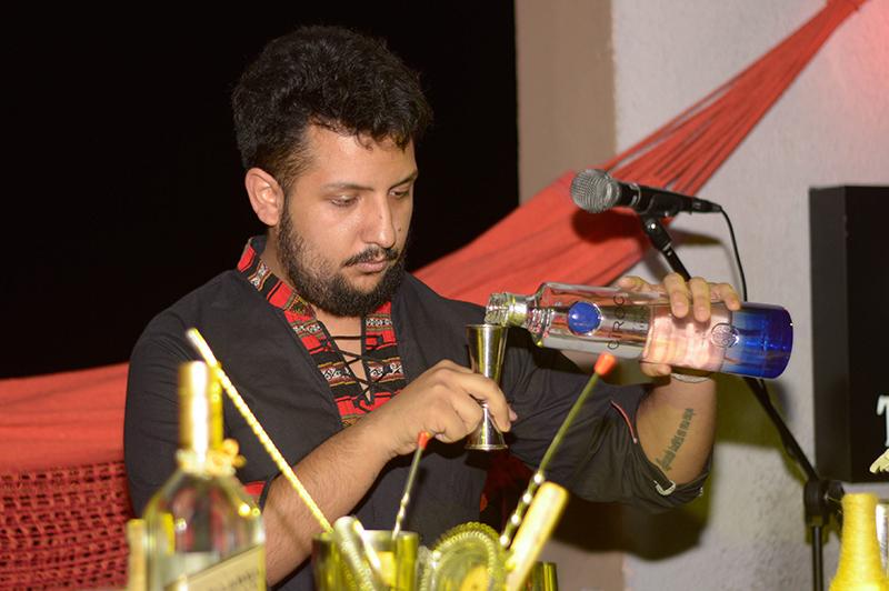 Amado Soto, de nacionalidad boliviana de Antonhy´s Rooftop es otro de los semifinalistas que compiten por el título de mejor bartender del año.
