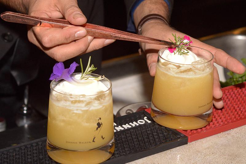 Un cóctel preparado anoche por César Ocampos, mejor bartender 2017, anfitrión del The Brooklyn Hotel. Lleva uvas pisadas con hierbas, Gold Label Reserve, jugos de limón y naranja, almíbar y un toque de chantilly. Adornado con flores y hojas de romero.