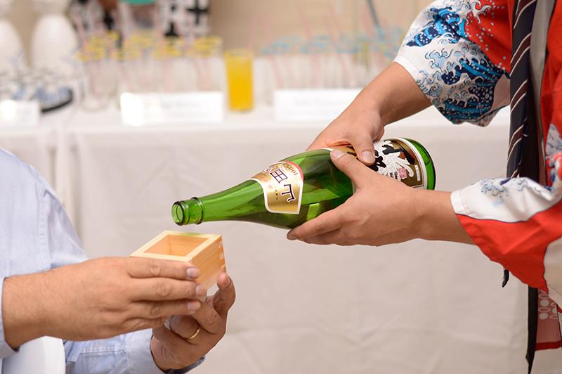 El masu, es un recipiente de madera para servir el sake. Tradicionalmente se sirve en tazas de porcelana. Y la costumbre es sujetar el recipiente con ambas manos mientras se sirve la bebida.