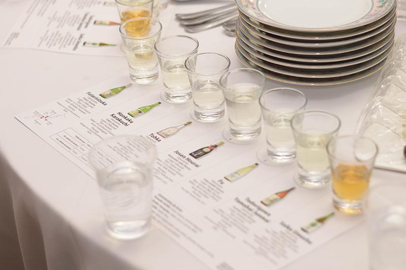 Unos shots de sake dispuestos sobre un impreso donde se identificaba y se describían las cualidades de cada uno. Fue durante una cata en la embajada del Japón.