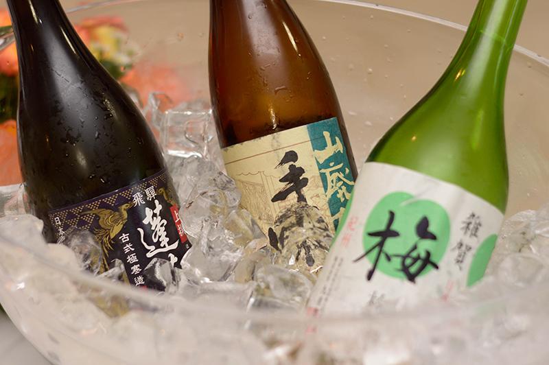 El sake, también llamado el vino de arroz, tiene más bien una tendencia hacia el licor. Puede servirse frío o a temperatura ambiente, aunque también se toma caliente.