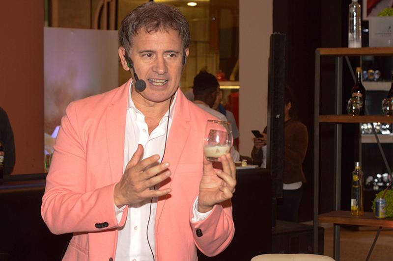 Juan Carlos Baucher, Brand Ambassador, describiendo las características de Baileys, la conocida marca de crema irlandesa.