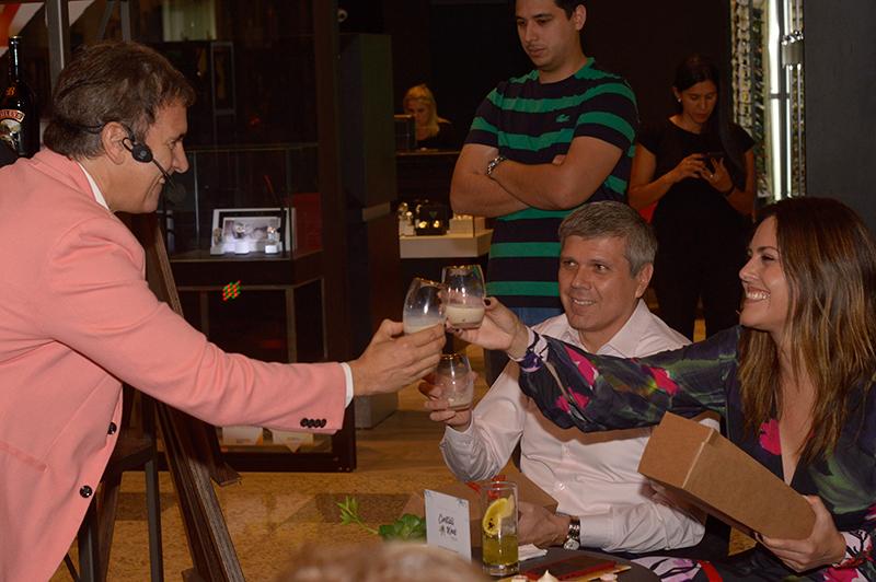 Baileys agasajó a las madres en el Asunción Cocktail Week. Juan Carlos Baucher, Brand Ambassador brindando con Vivian Benítez.