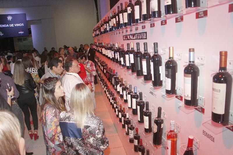Una novedad. Un panel donde estaban expuestos todos los vinos que iban a degustarse.