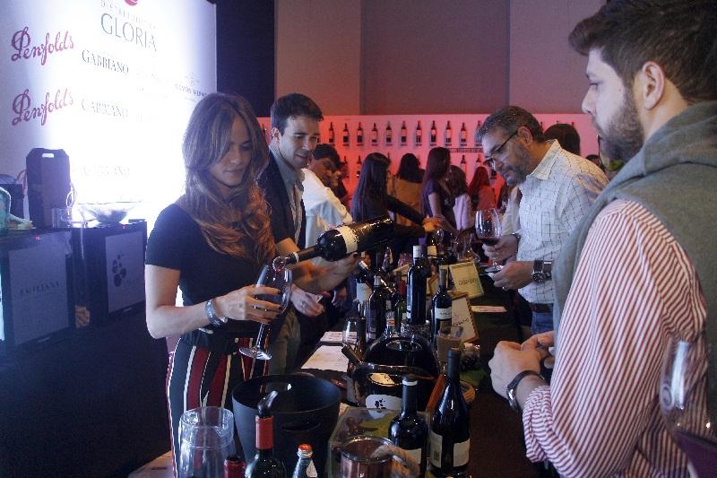 Mucho trabajo hubo en todos los stands de la Expo Vino. Aquí alguién a punto de degustar una copa de Las Moras.