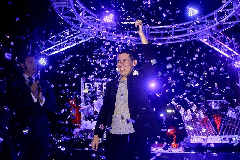 El ganador exhibiendo su trofeo. Atrás se ve parte de una escultura en hielo que lleva grabado su nombre. Una impecable organización tuvo la final del World Class Paraguay.