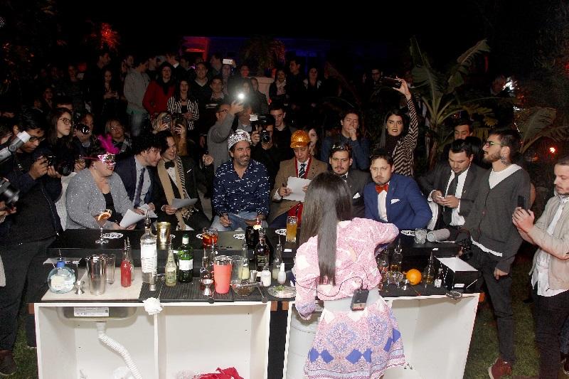 De espaldas Sandra Benítez preparando sus tragos. Sentados, en el frente, los miembros del jurado, y más atrás un numeroso público.