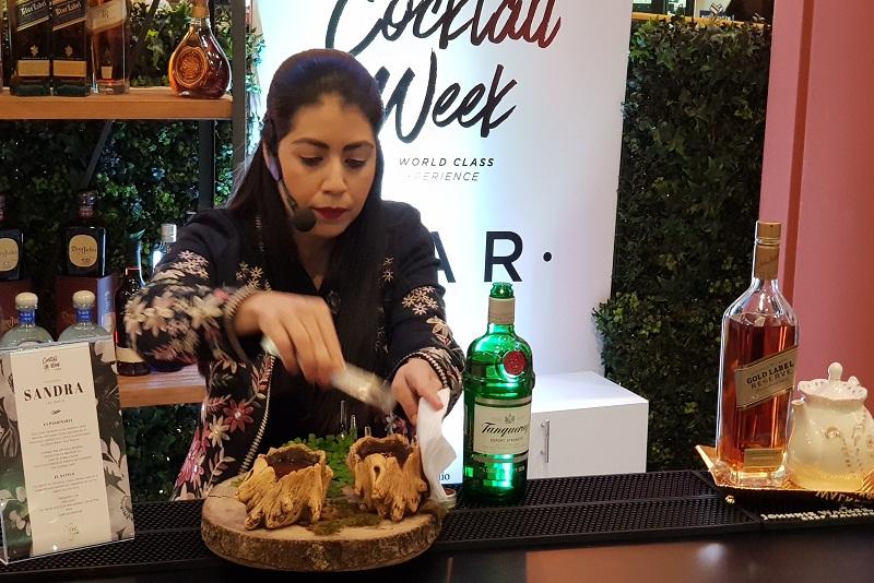 Sandra Benítez, que pertenece a una barra móvil, es la única mujer que figura entre los 10 semifinalistas y puede llegar a ser mejor bartender del año.