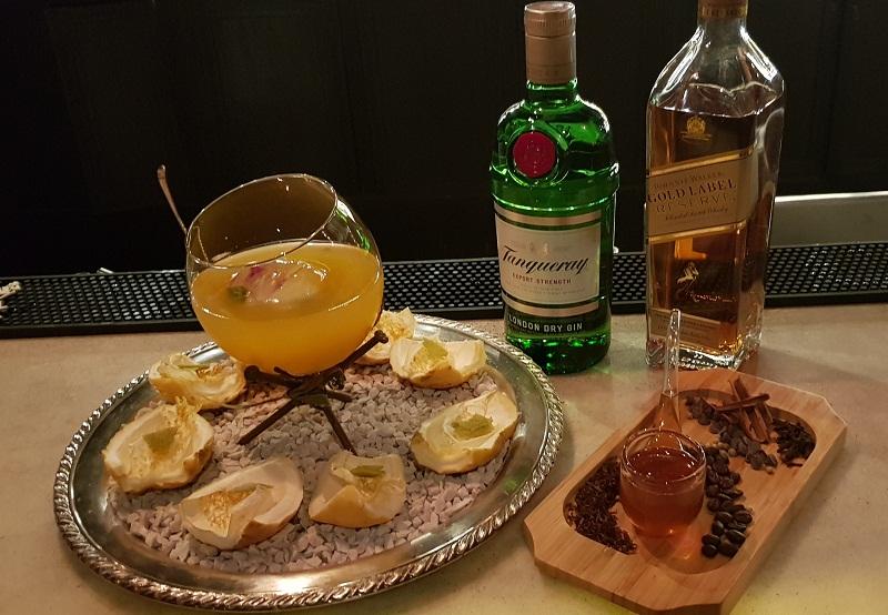 Los tragos preparados por Josmar Figueres de The Brooklyn Hotel. Un cóctel preparado a base de mburucuyá con gin y otro que mezcla café aromatizado con especias y whisky.