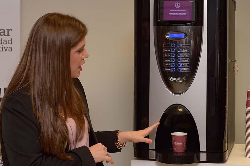 Meggie Núñez, gerente de calidad de Cafepar explicando las bondades de la cafetera Bianchi Golden.