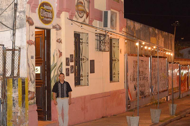 Rolo Ayala, el hombre detrás del proyecto, posa frente al local, ubicado en Piribebuy esquina Independencia Nacional.