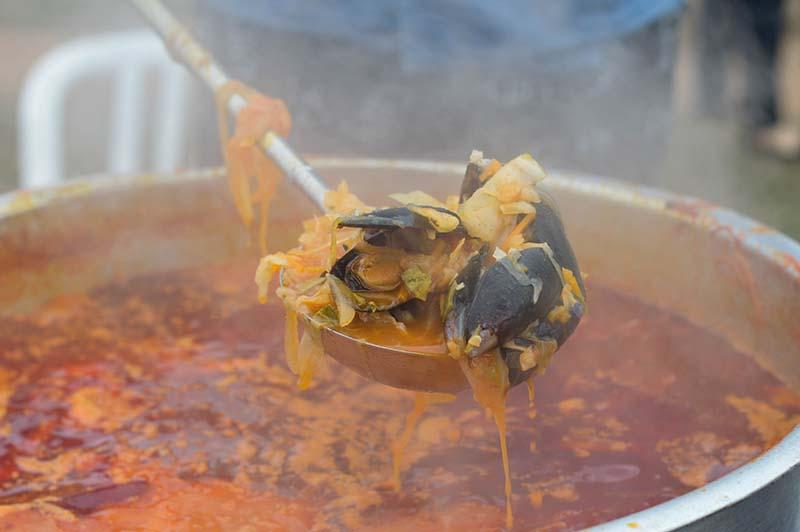 Champong, una sopa de mariscos prepàrada en grandes ollas.