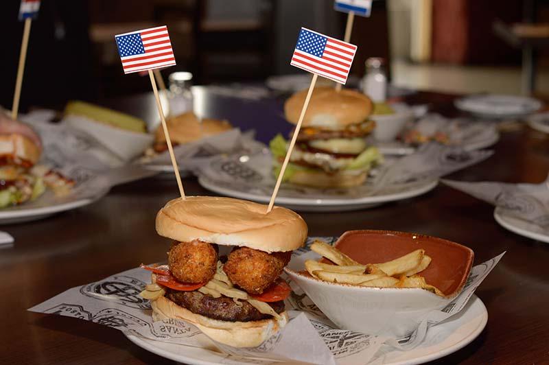 Little Italy Burger, la hamburguesa legendaria del Hard Rock Cafe Nueva York, que lleva dos bastones apanados de muzzarella.