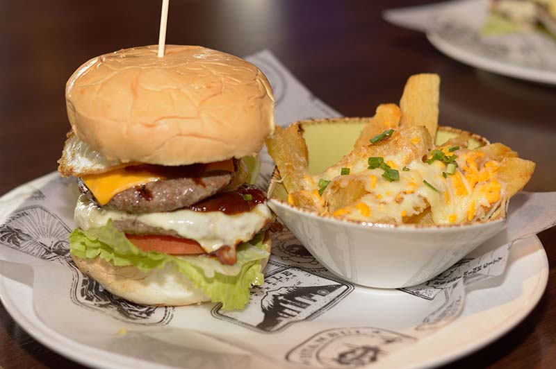 Es la Koygua Burger, la hamburguesa legendaria del Hard Rock Cafe Asunción. Un bife coygua en versión hamburguesa. Acompañada de mandioca frita.